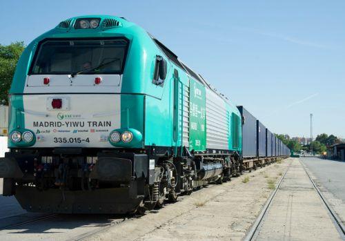 """图为5月18日,在西班牙阿布罗尼迦尔铁路货运站,""""义新欧""""班列驶离车站。"""