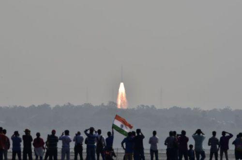 印度航天机构15日通过运载火箭一次性发射104颗卫星。