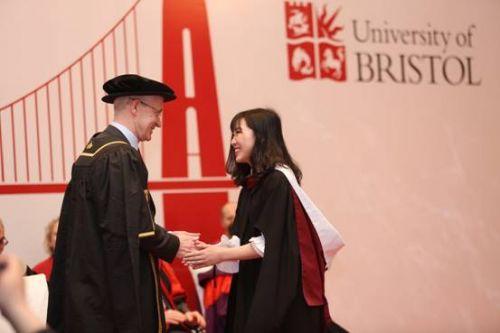 说明: ../Downloads/布里斯托大学校长Hugh%20Brady教授授予毕业生学位.JPG