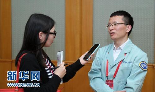 北京航天飞行控制中心总工程师助理崔晓峰接受记者采访。新华网记者 李清摄