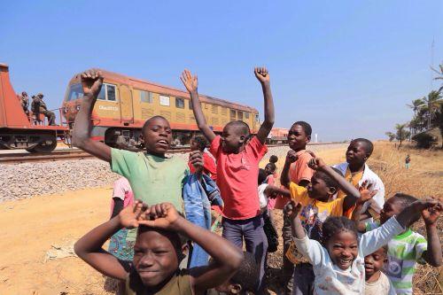 安哥拉孩子在由中国铁建建设的本格拉铁路沿线玩耍。拍摄于2014 年7 月,新华社照片。