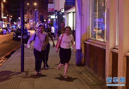 6月3日,在英国伦敦,人们离开事发现场。新华社 美联