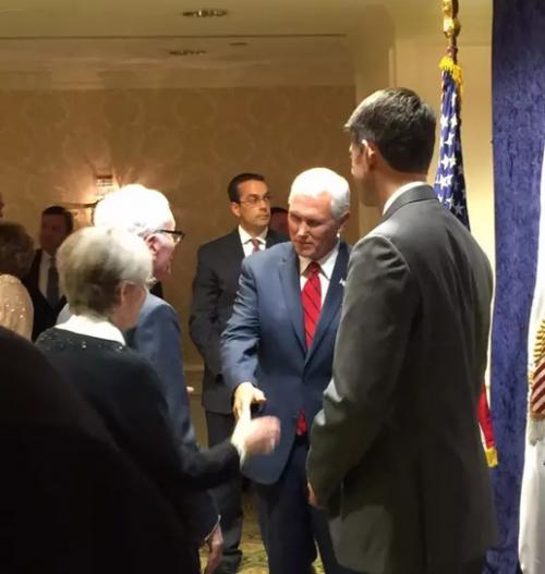 商会主席康迪夫妇与麦克-彭斯副总统和众议院议长保罗瑞恩亲切握手