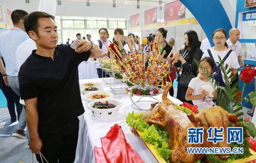 由盐池滩羊肉制作的烤全羊吸引了参会者的关注。