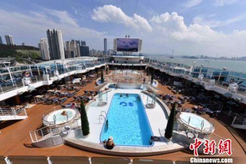 盛世公主号的游泳池与音乐喷泉。 王东明 摄