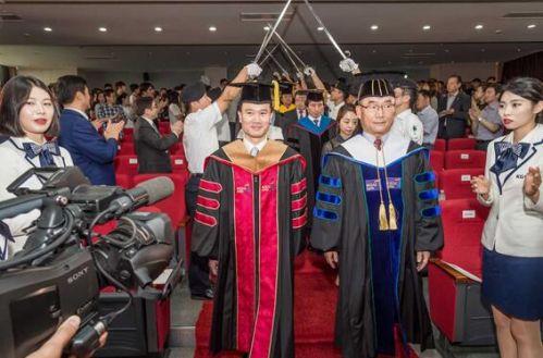 叶简明在京畿大学校长金仁圭引领下进入典礼现场