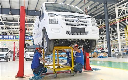 工人在江苏如皋陆地方舟电动汽车生产线上安装汽车电池。李存根摄(新华社发)
