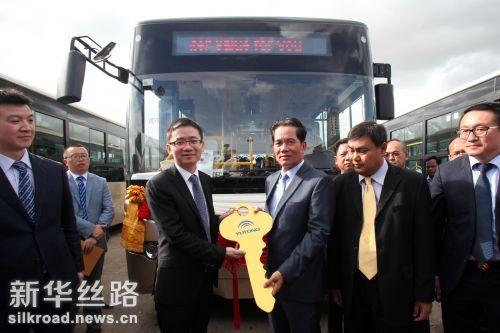 7月13日,在柬埔寨首都金边,中国驻柬埔寨大使馆临时代办檀勍生(左)向金边市市长坤盛(右)交接大巴车象征性钥匙。