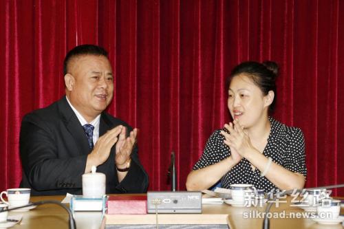 上图左侧为李桂雄会长,右为新华丝路事业部总经理李月