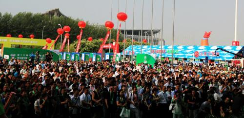 绿博会开幕式当天,场外云集的人群
