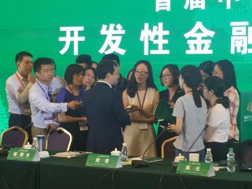 央行副行长殷勇在中国四十人伊春论坛上接受媒体采访