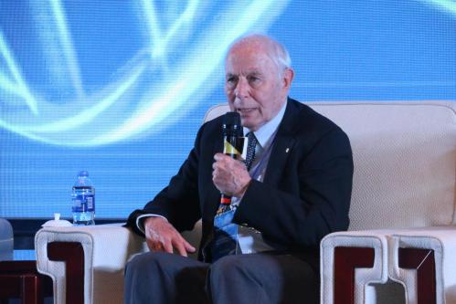 图为参加南艳湖·大健康产业高峰论坛的2004年获诺贝尔化学奖得主阿夫拉姆•赫什科