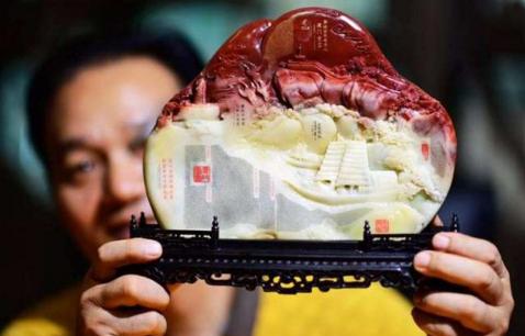 9月9日,微雕艺术大师许通海展示自己的创意寿山石微雕作品《金砖扬帆》。