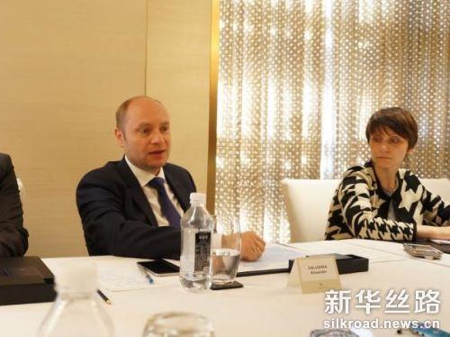 图为俄罗斯远东发展部长亚历山大·加卢什卡(图左)接受记者采访