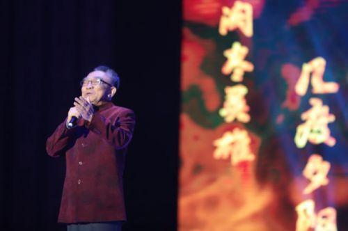 图为著名表演艺术家鲍国安朗诵《沁园春·雪》