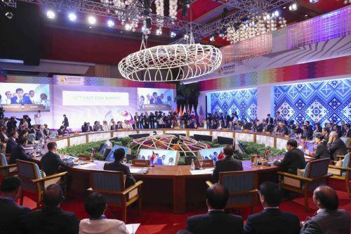 """当地时间11月14日,李克强总理在菲律宾首都马尼拉分别出席东亚合作两大多边会议。在第20次东盟与中日韩(10+3)领导人会议上,总理强调要推进东亚经济共同体建设。在第12届东亚峰会上,他强调各成员方应坚持经济发展和政治安全合作""""双轮驱动""""。"""