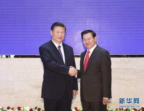 11月14日,中共中央总书记、国家主席习近平在万象国家会议中心会见老挝总理通伦。 新华社记者 丁林 摄