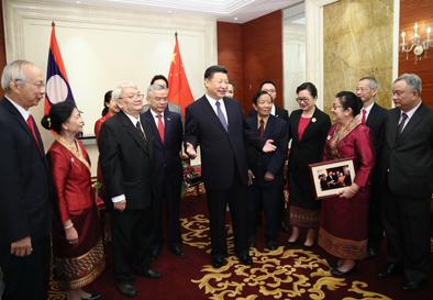 11月14日,中共中央总书记、国家主席习近平在万象下榻饭店会见老挝奔舍那家族友人。新华社记者兰红光摄