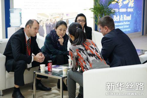 新华丝路事业部总经理李月与外商洽谈