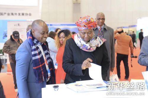 参加外洽会的各国嘉宾听取新华丝路产品介绍