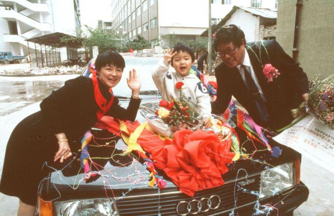 """图为珠海市的迟斌元发明了新型止血药""""凝血酶""""并用于生产, 获得了一套住房、26 万多元人民币和一辆小轿车作为奖励(新华社记者摄于 1993 年 6 月 25 日)"""