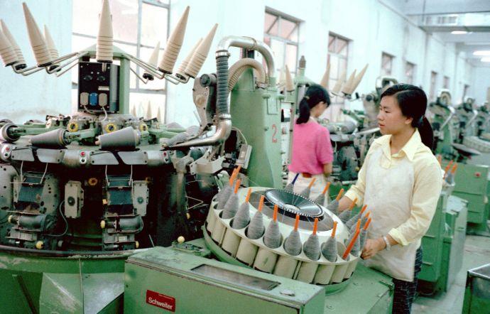 图为香洲毛纺厂工人正在车间工作。(新华社记者拍摄于1991 年7月20 日)