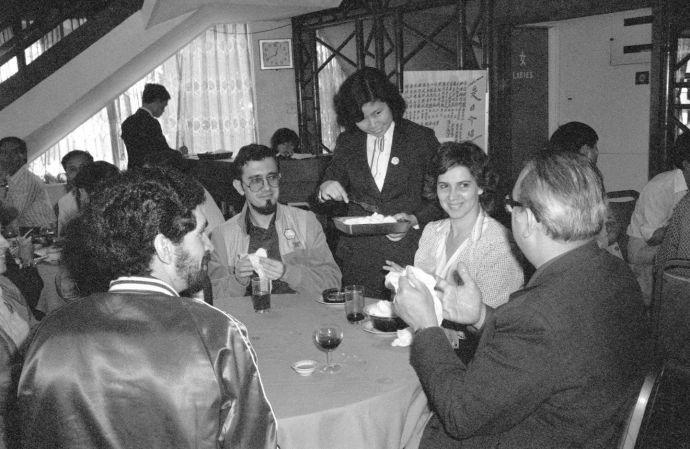 图为珠海市香炉湾石景山旅游中心中式餐厅的服务员正在热情地接待游客。(新华社记者拍摄于 1982 年 6 月 2 日)