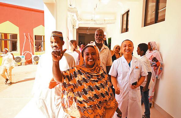 图为当地民众与中国医疗队医生一起参观即将投入使用的新门诊楼