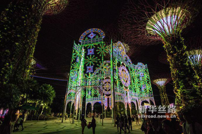 图3 装设在滨海湾花园擎天树丛下的巨型圣诞灯饰(新华社发 符传威摄)