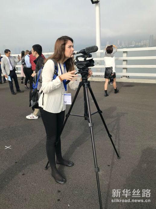 图为西班牙埃菲通讯社记者德拉在论坛期间参观港珠澳大桥