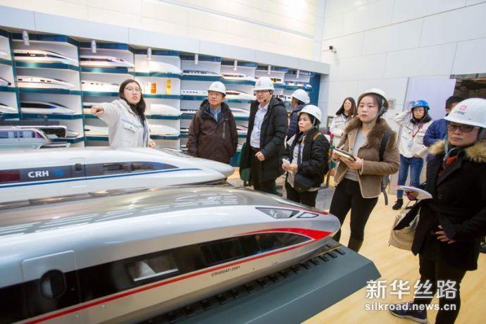 图为泰国媒体代表团参观中车四方高铁生产基地。赵冰摄