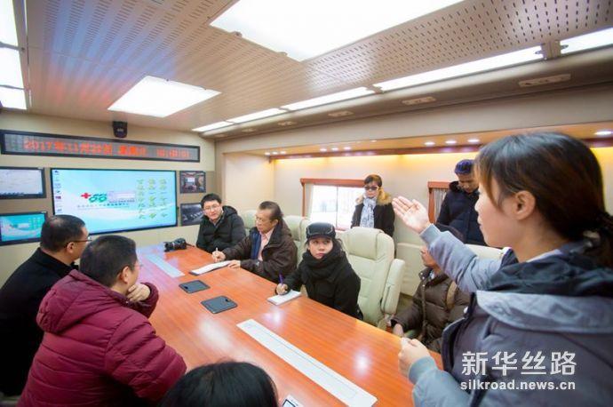 图为泰国媒体代表团在北京市红十字会紧急救援中心体验现场指挥调度系统。赵冰摄