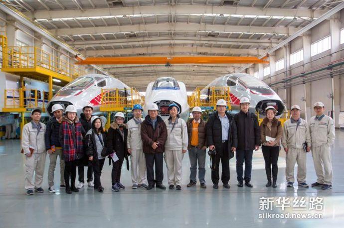 图为泰国媒体代表团在中车四方高铁生产基地合影留念。赵冰摄