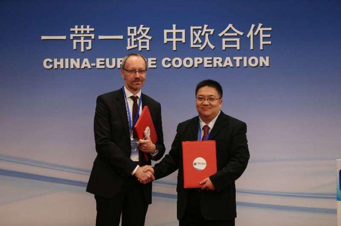 中经社副总裁匡乐成(右)与德新社经济信息社Martin Kalverkamp (左)交换协议
