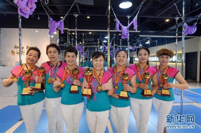 (新华视界)(2)从广场舞到钢管舞 中国大妈舞出精彩人生