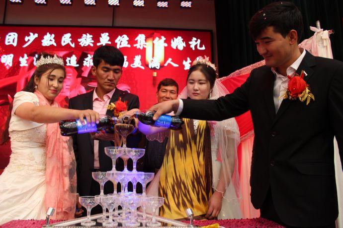 图四为新人们为香槟塔敬酒以示相爱到永远。