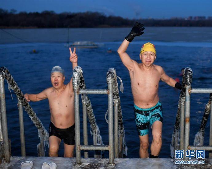 """(体育)(4)全民健身——""""泳者""""不畏寒"""