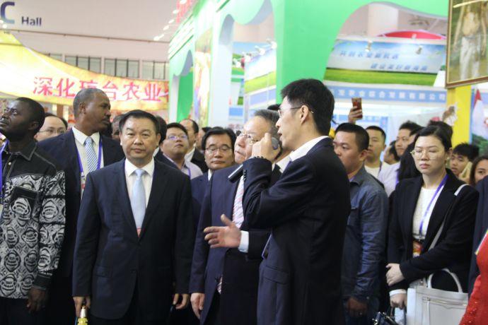 海南省省长沈晓明听取罗牛山股份有限公司信息技术部总经理张志强对国家生猪大数据平台和海南生猪市场线上电子交易平台讲解。