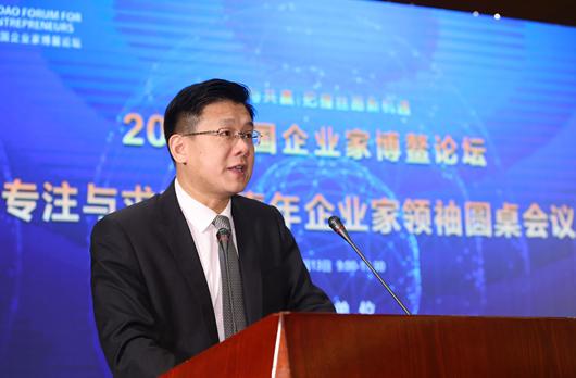 """新能源科技有限公司总经理雍冀慧在""""青年企业家领袖圆桌会议""""上发言"""