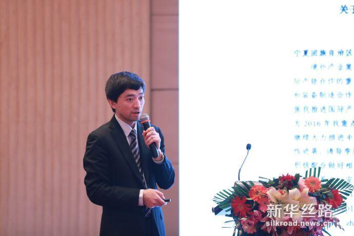 图为宁夏中阿万方投资管理有限公司总经理沙彦聚在推介会上介绍产业园情况。新华社记者周懿摄
