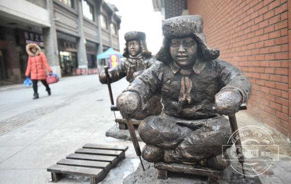 关东风情雕塑 扮靓长江路步行街