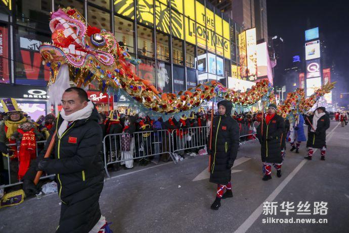 重庆铜梁舞龙拉开纽约时报广场跨年倒计时序幕(新华社记者 王迎摄)