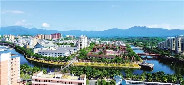 美丽的保亭黎族苗族自治县县城  黄青文 摄.webp