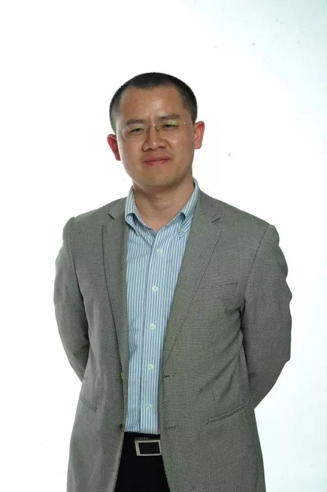石章强,国务院发展研究中心研究员、上海品牌专委会秘书长、上海市政府品牌专家委员、锦坤文化集团创始人。.webp