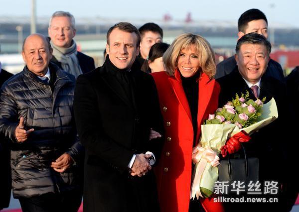 1月8日,法国总统马克龙与夫人布丽吉特抵达西安。(新华社记者 刘潇摄)