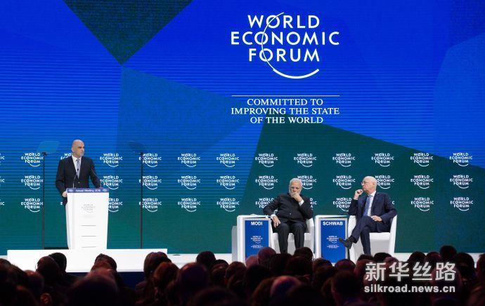 低8届世界经济论坛 1月23日,在瑞士达沃斯,瑞士联邦主席阿兰·贝尔塞(后左一)在第48届世界经济论坛年会上发表讲话。