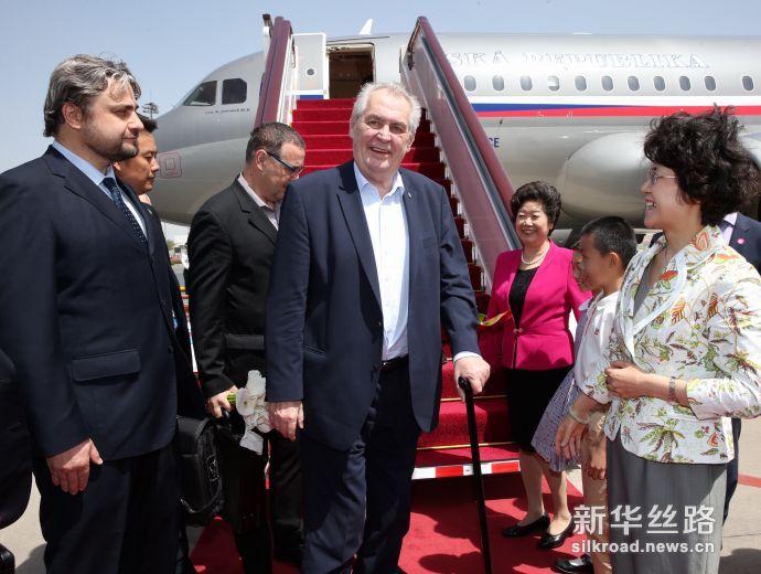 """2017年5月12日,来华出席""""一带一路""""国际合作高峰论坛的捷克总统泽曼抵达北京。"""