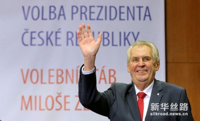 1月27日,在捷克首都布拉格,泽曼在赢得连任后挥手致意。