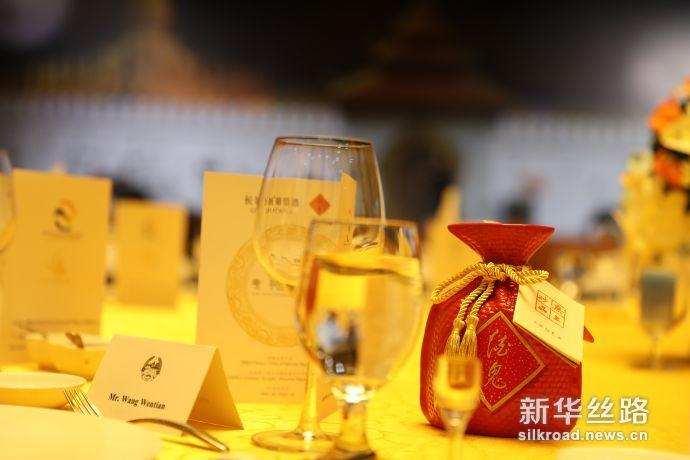 """图为酒鬼酒亮相首届""""一带一路""""老-中合作论坛欢迎晚宴(新华社 毛丽丽摄)"""