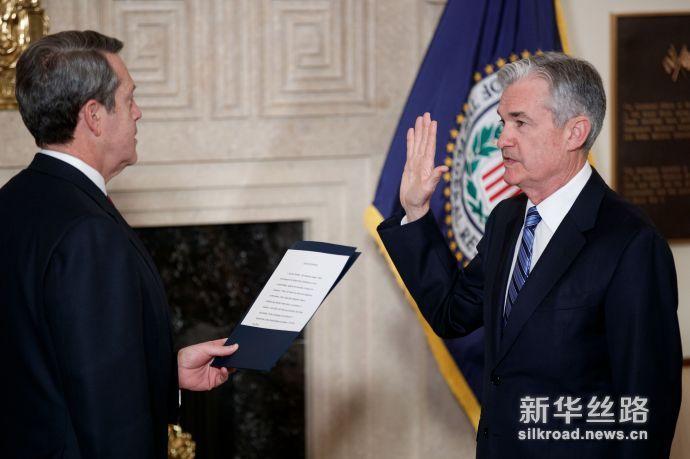 2月5日,杰罗姆·鲍威尔(右)在华盛顿宣誓就任新一届美国联邦储备委员会主席。